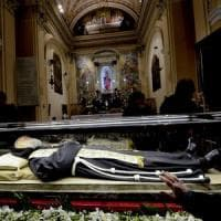 San Giovanni Rotondo, il corpo di san Pio lascia la chiesa di Renzo Piano