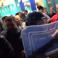 """Lecce, D'Alema contestato dai No Tap. L'Arci denuncia: """"Lancio di uova e auto danneggiata"""""""