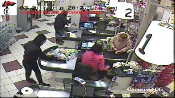 Presa la banda che rapinava i negozi e terrorizzava i clienti nel Sud Barese: tre arresti