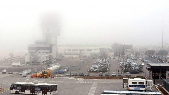 Nebbia sugli aeroporti di Bari e Brindisi: voli dirottati, passeggeri in bus e attese fino a 5 ore
