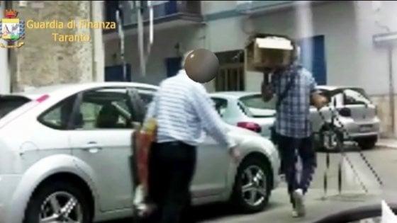 Taranto, ex dipendente di banca finto cieco e strozzino: 63enne arrestato per usura e truffa