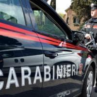 Cerignola, la folla accerchia e aggredisce i carabinieri per impedire l'arresto di un...