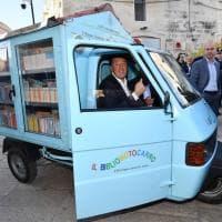 Renzi arriva a Matera a bordo del Bibliomotocarro
