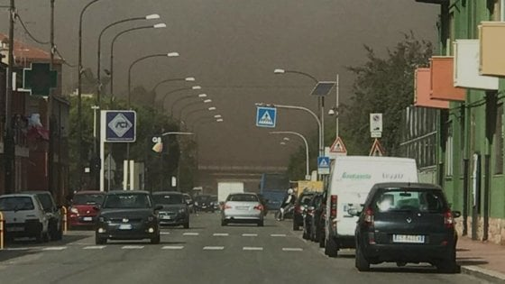 Wind day a Taranto, sulla città una nube di polveri dall'Ilva: l'effetto è impressionante