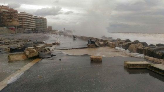 Bari, la mareggiata distrugge il lungomare. E a Bisceglie il vento spazza via il tetto di una scuola