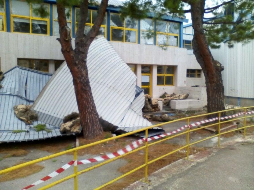 Bisceglie, il vento spazza via il tetto di una scuola