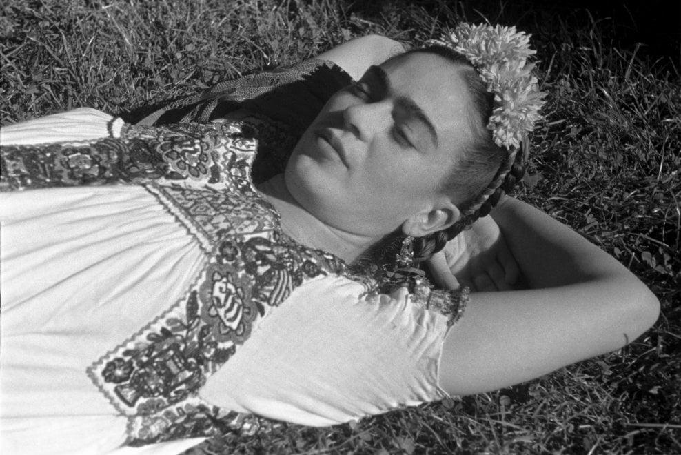 Frida Kahlo fotografata da Leo Matiz: la mostra a Bari