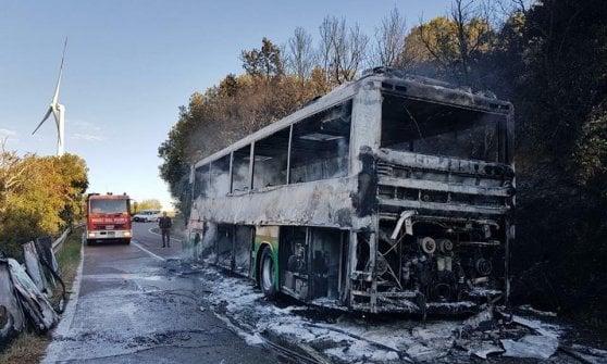 Matera, a fuoco il bus di studenti e pendolari diretto a Bernalda: paura, ma nessun ferito