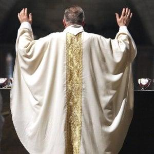 Lecce, sacerdote indagato per violenza sessuale su una 14enne. I pm: la madre sapeva