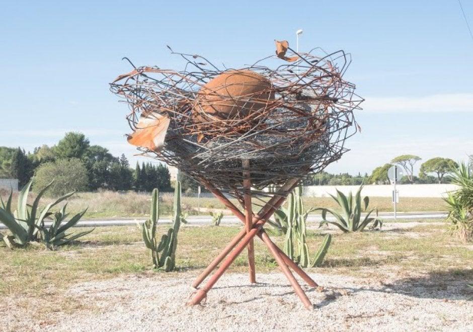 Arte, a Lecce c'è un uovo gigante sulla rotatoria