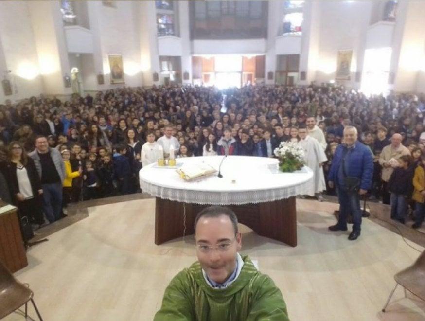Andria, selfie sull'altare a fine messa: il parroco è social