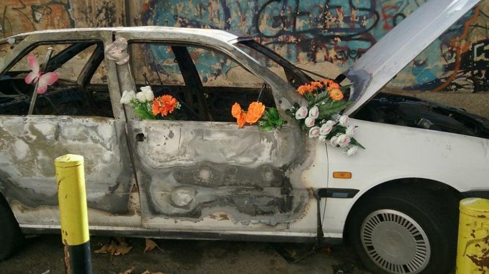 Attacco d'arte a Bari: fiori sull'auto bruciata