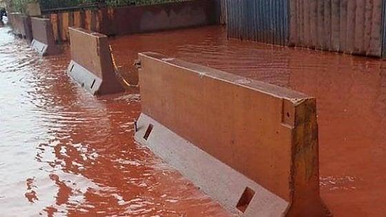 """Taranto, un fiume rosso lungo le strade vicino all'Ilva: """"Qui il vento e la pioggia fanno paura"""""""