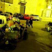 Rifiuti a Bari vecchia, Decaro pubblica le foto degli incivili: