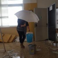 Maltempo, piogge e mareggiate sul Salento: crolla il controsoffitto di una