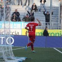 Il Bari sbanca Novara (1-2) e vola al primo posto: non vinceva in trasferta da nove mesi