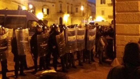 Lecce, blitz dei No Tap al workshop sull