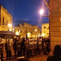Lecce, blitz dei No Tap al workshop sull'energia: tafferugli con la polizia