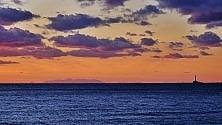 Gallipoli, tramonto show la Calabria all'orizzonte