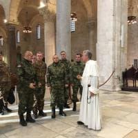 Bari, in Basilica spuntano i militari serbi in mimetica