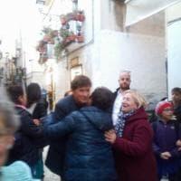 Gianni Morandi passeggia a Bari vecchia: la gioia dei fan