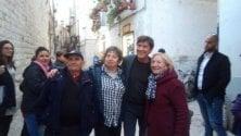 Gianni Morandi in giro tra i fan a Bari vecchia