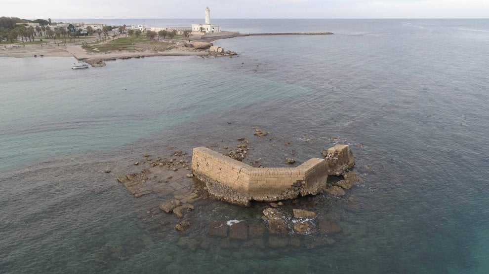 Lecce, l'antico molo di Adriano riaffiora dal mare