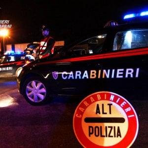 Taranto, famiglia sequestrata in casa: rapinatore arrestato dopo la sparatoria con i carabinieri