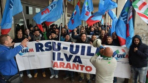 """Ilva di Taranto, sit-in degli operai in Regione. Il sindaco: """"Stato nemico e pronto a ogni sopruso"""""""