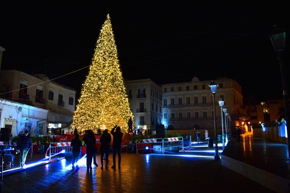 Bari accende l'albero di Natale in piazza del Ferrarese