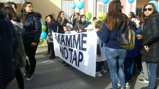 """Gasdotto, serrata dei negozianti e corteo contro Tap: """"Melendugno chiusa per protesta"""""""