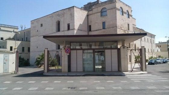 Lecce, costringono coetaneo all'autoerotismo e postano il video sui social: arresto per due minorenni