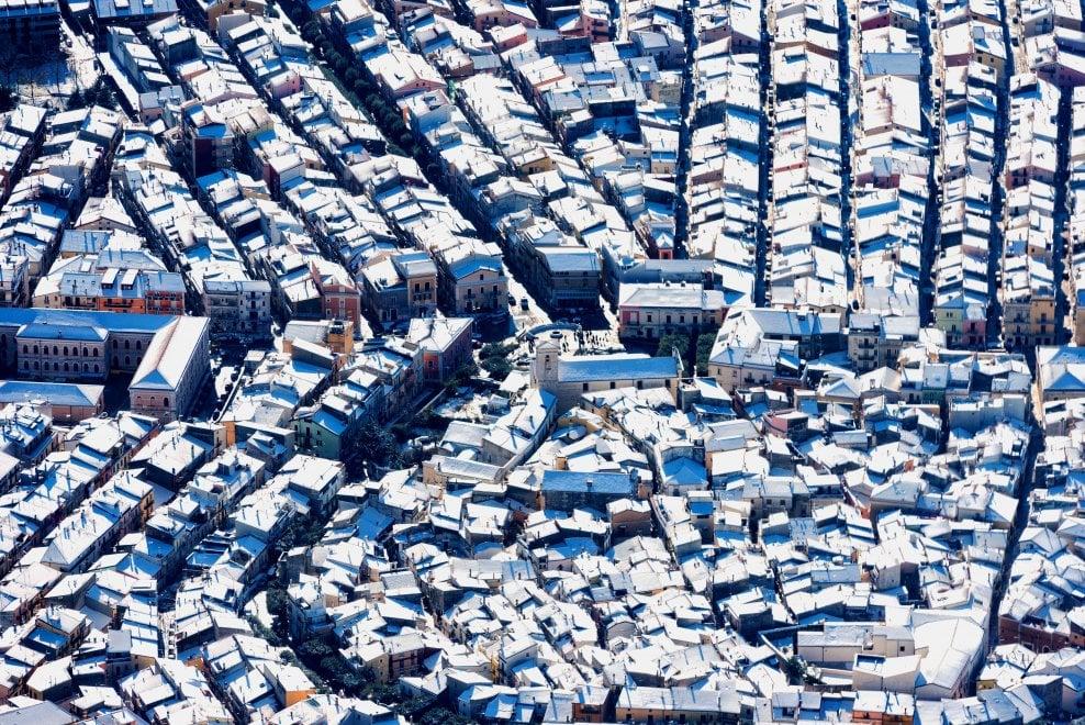 Dal golfo ai tetti delle case, lo spettacolo del Gargano imbiancato dalla neve