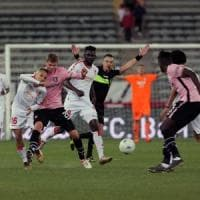 La sfida per il primo posto la vince il Palermo, Bari battuto al San Nicola per 3-0
