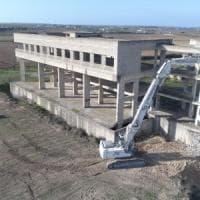 Nardò, le ruspe abbattono l'ecomostro degli sprechi: sede del municipio