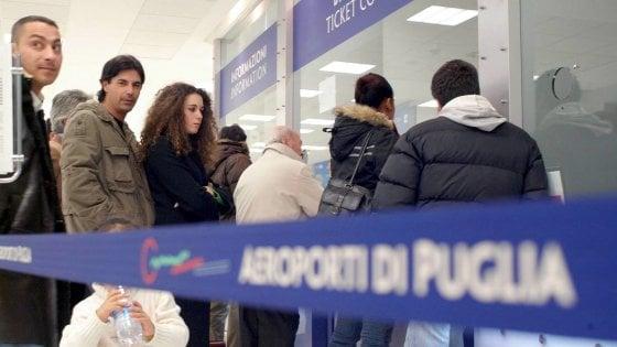 Sciopero, decine di voli cancellati a Bari e a Brindisi: disagi per i passeggeri nei due aeroporti