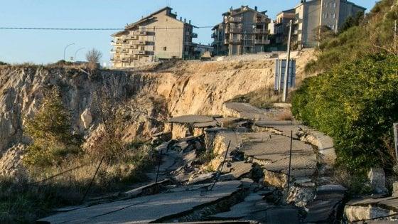 Matera, la frana di Stigliano mette a rischio appartamenti e negozi: chiesto lo stato d'emergenza