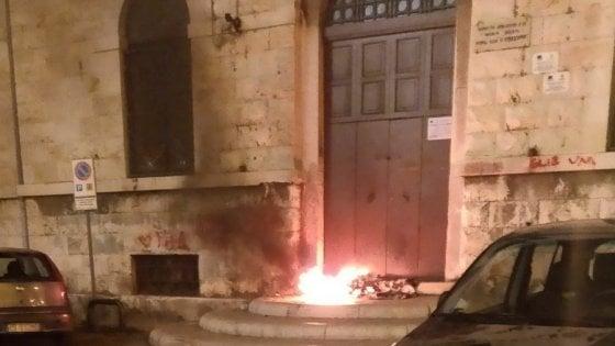 """Bari vecchia, incendio davanti al portone della scuola Corridoni: """"Ma non è una minaccia"""""""
