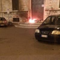 Bari vecchia, incendio davanti al portone della scuola Corridoni: