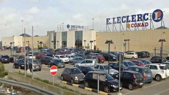 Lecce, lasciano il figlio di 3 anni in auto per andare nel centro commerciale: denunciati