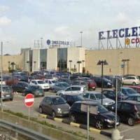 Lecce, lasciano il figlio di 3 anni in auto per andare nel centro commerciale: