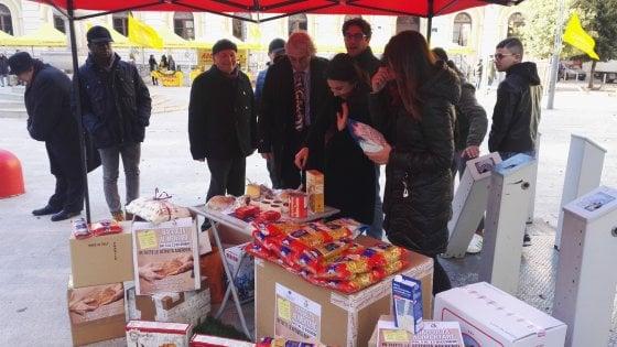 Bari, pasta e biscotti: la solidarietà dei commercianti per i poveri assistiti dal Redentore
