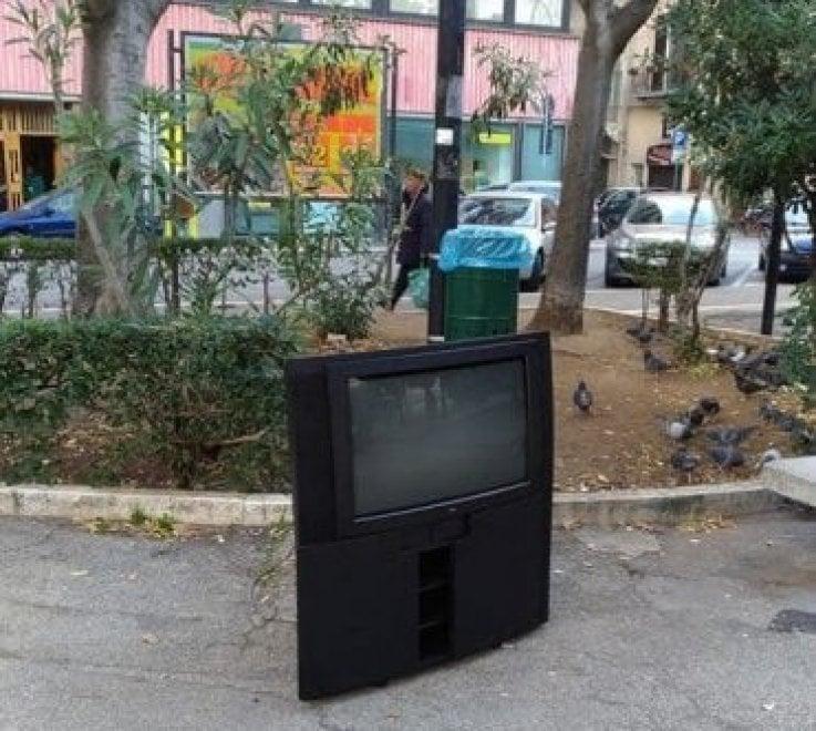 Tv spazzatura a Bari: il televisore abbandonato in centro