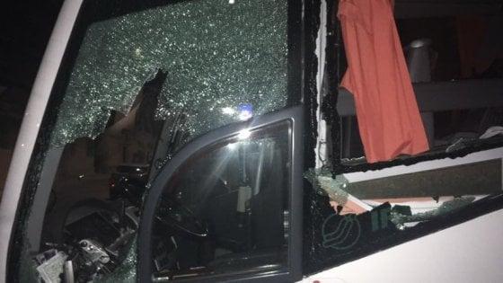 Calcio, vigilia violenta per il Lecce a Trapani: pietre nella notte sul pullman dei salentini