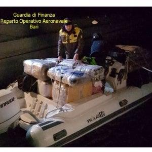 Salento, sequestrato gommone con 600 chili di marijuana: avrebbe fruttato 6 milioni