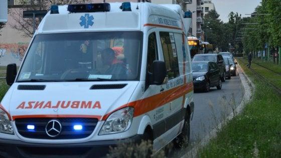 Salento, l'auto esce fuori strada e si schianta contro un palo: morto 25enne