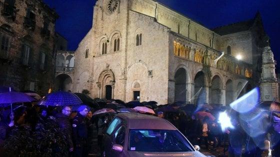 """Bitonto, folla ai funerali della passante uccisa e alla marcia per la legalità. Minniti: """"Reazione dura"""""""