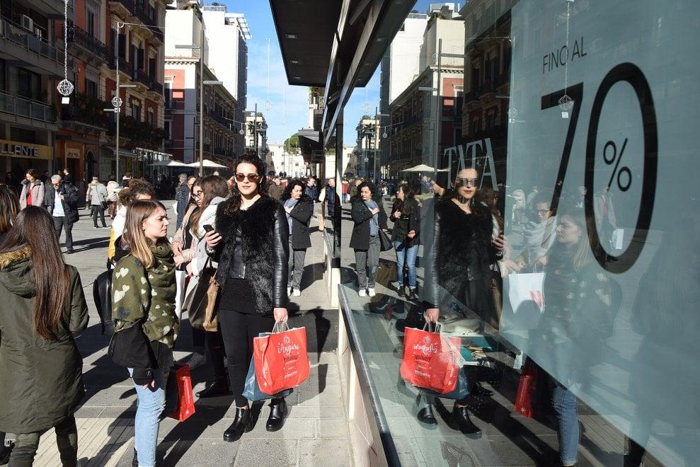 Saldi al via in Puglia: corsa allo shopping in via Sparano