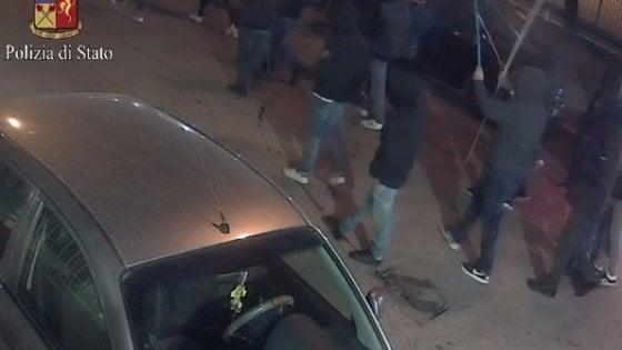 """Foggia, 5 daspo per la guerriglia fuori dallo stadio: """"Pietre e petardi contro la polizia"""""""
