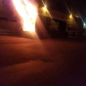 Bari, paura nel deposito dell'interporto: a fuoco un pacco a bordo di un tir